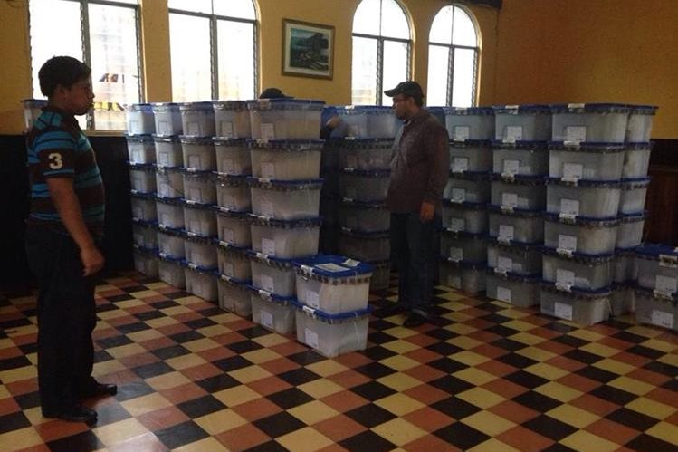 Cajas con papeletas son entregadas a la JED de Mazatenango. (Foto Prensa Libre: Melvin Popá)