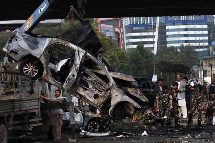 Las fuerzas de seguridad de Kabul inspeccionan el lugar donde ocurrió la explosión el domingo. (Foto Prensa Libre: EFE).