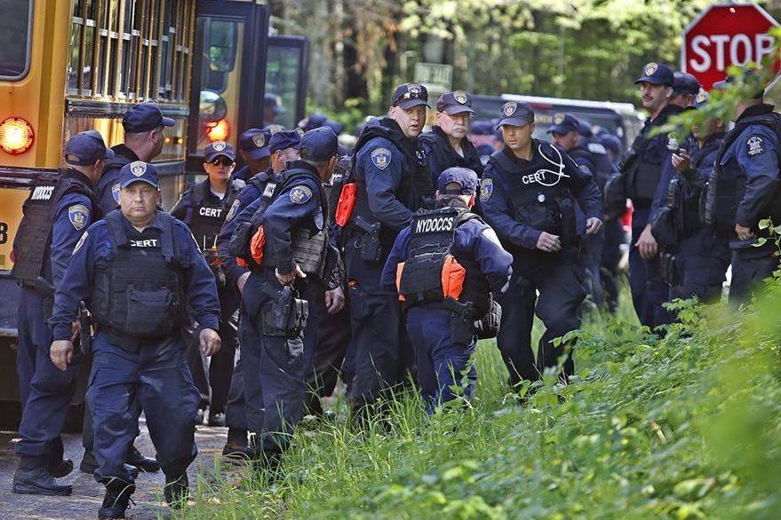 Más de mil 300 agentes fueron desplegados para recapturar a los prisioneros que se fugaron de prisión el pasado 6 de junio. (Foto Prensa Libre: AP).