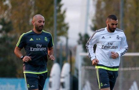 Benzema realizó varios ejercicios en la cancha de la ciudad deportiva del club blanco. (Foto Prensa Libre: RealMadrid.com)