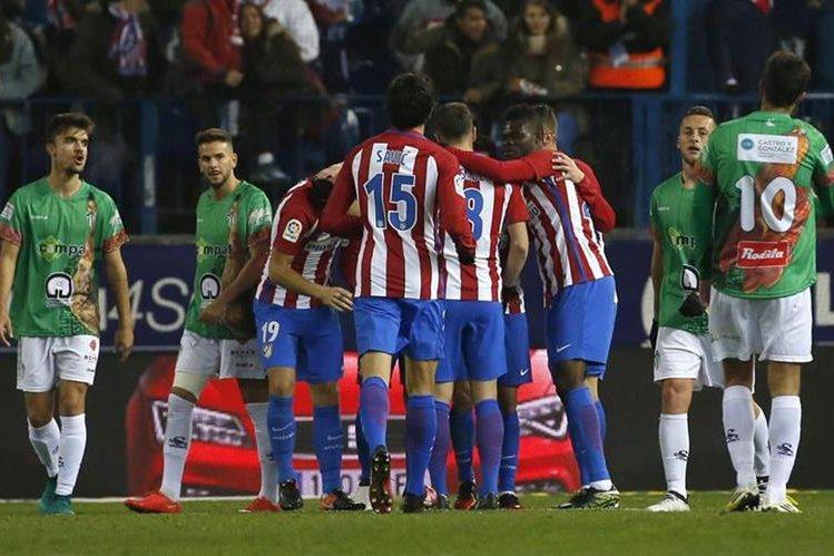 Los jugadores del Atlético de Madrid festejan ante la mirada de decepción de sus similares del Guijuelo. (Foto Prensa Libre: EFE)