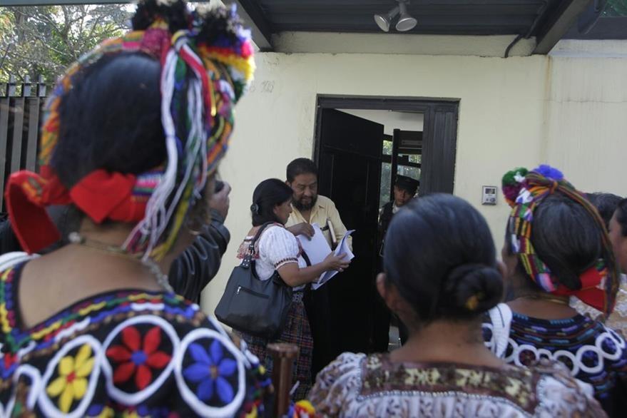 Representantes de la sociedad civil de Quiché solicitan a la Cicig investigar a los 22 aspirantes a la Gobernación. (Foto Prensa Libre: Edwin Bercián)