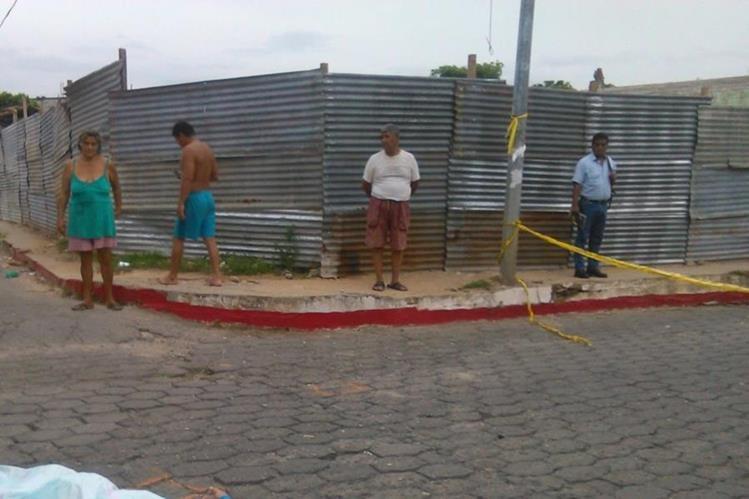 Vecinos de la cabecera de Chiquimula observan escena del crimen donde fue ultimado Víctor Hugo Valdez. (Foto Prensa Libre: Edwin Paxtor)