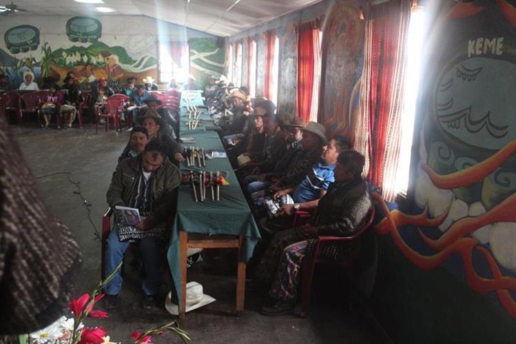Reunión de autoridades indígenas, en las que se anunció las protestas. (Foto Prensa Libre: Édgar Sáenz).