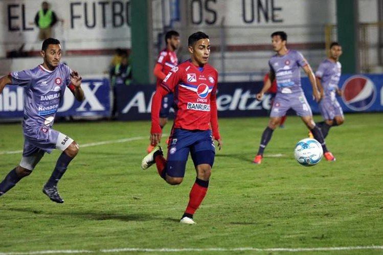 Luis Martínez marcó un doblete y fue el guía de Xelajú en el triunfo contra Carchá. (Foto Prensa Libre: Carlos Ventura).