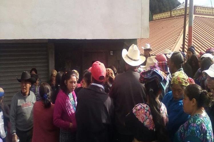 Vecinos se reúnen cerca del inmueble donde ocurrió el hallazgo, en Momostenango, Totonicapán. (Foto Prensa Libre: Édgar Domínguez).