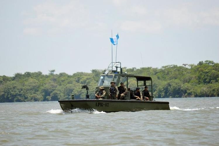 Una embarcación guatemalteca resguarda las aguas del río Sarstún, Livingston, Izabal. (Foto Prensa Libre: Dony Stewart)