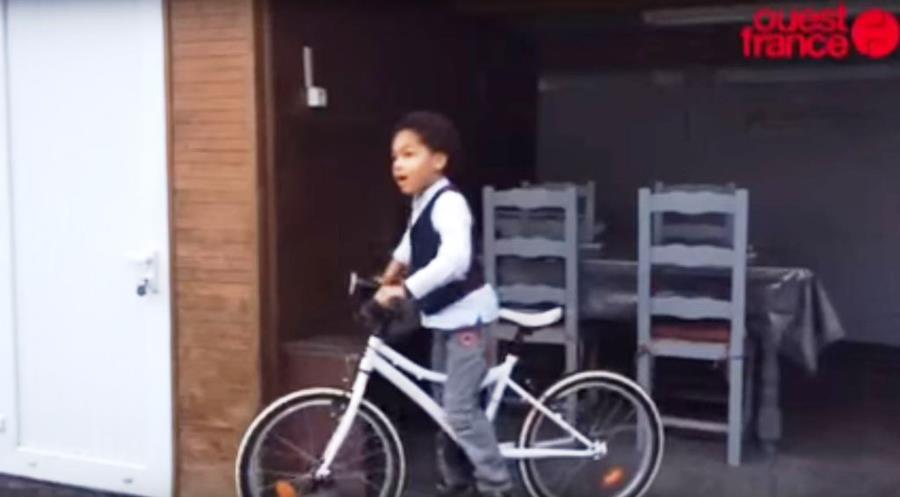 Kevin-Djene junto a la bicicleta que usó para ayudar a su padre. (Foto Prensa Libre: Ouest-France)