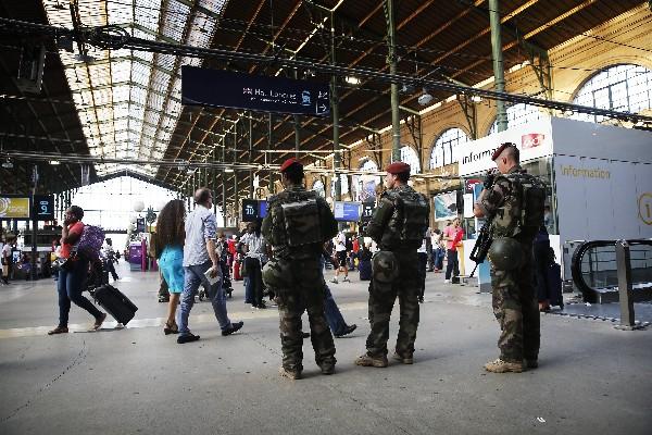 Soldados vigilan el movimiento de pasajeros en una estación de París