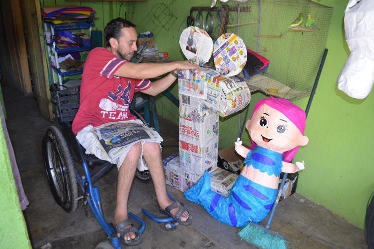 Gerardo Horacio Oliva se dedica a la elaboración de piñatas en su casa, en Retalhuleu, luego de haber quedado lisiado por una bala. (Foto Prensa Libre: Jorge Tizol)
