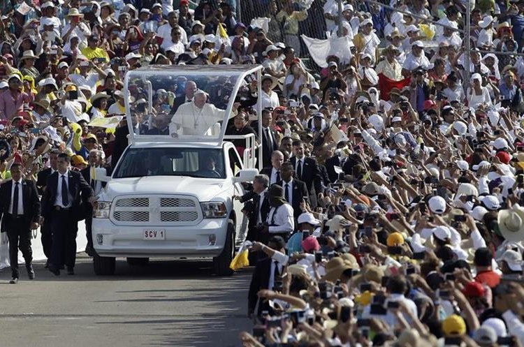Pope Francis arrives in the popemobile to Viktor Manuel Reyna stadium, in Tuxtla Gutierrez, Mexico, Monday, Feb. 15, 2016. Francis is celebrating Mexico
