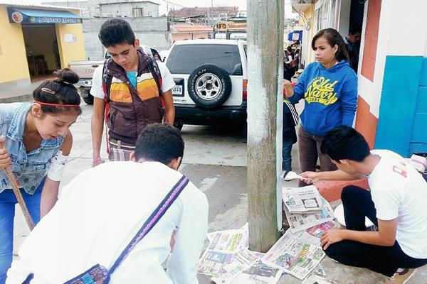 Estudiantes del  Instituto Mixto de Diversificado por Cooperativa de Pachalum, Quiché, se unieron para pinatar postes  y evitar contaminación visual. (Foto Prensa Libre: Óscar Figueroa)