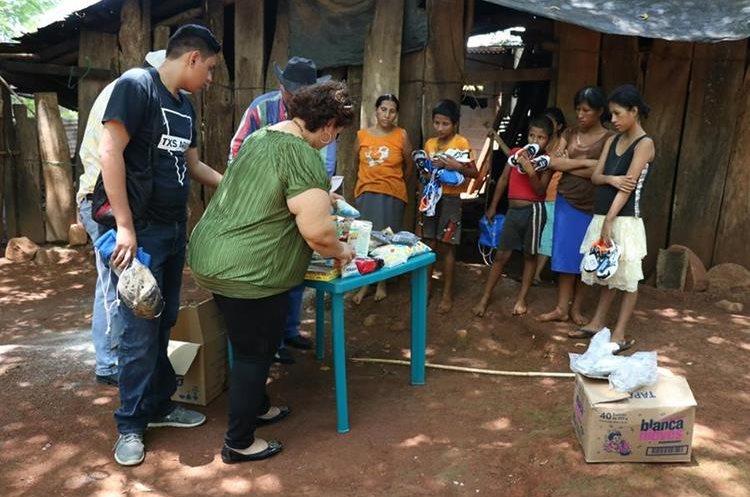 Debido a su condición económica, familias de diferentes sectores apoyan a los García, originaria de Peje Armado, Taxisco, Santa Rosa. (Foto Prensa Libre: Carlos Paredes)