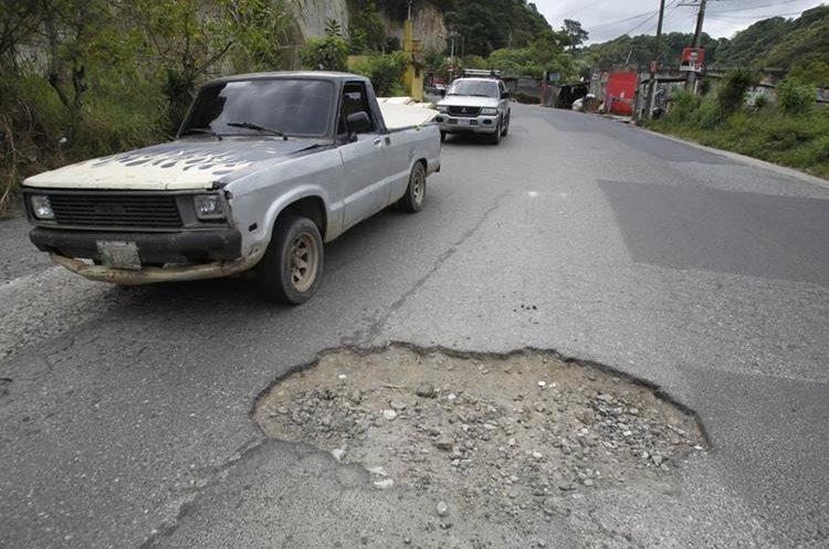 En la la bajada del Milagro, ruta a ciudad Quetzal, se encuentran grandes baches en el asfalto.   Fotografía: Paulo Raquec
