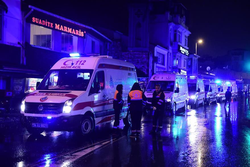 Servicios de emergencia atienden a personas heridas a causa del atentado. (Foto Prensa Libre: AFP)