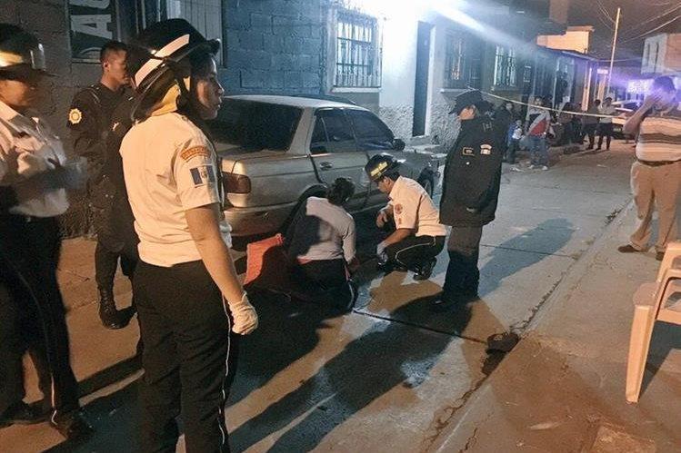 El cuerpo de uno de los jóvenes quedó junto en la calle junto a un vehículo. (Foto Prensa Libre: @rafael_cbv122).