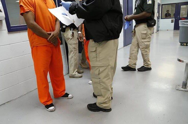 Un detenido es procesado por un guardia de la unidad médica del centro de detención Krome, en Miami. (Foto Prensa Libre: José A. Iglesias/El Nuevo Herald).