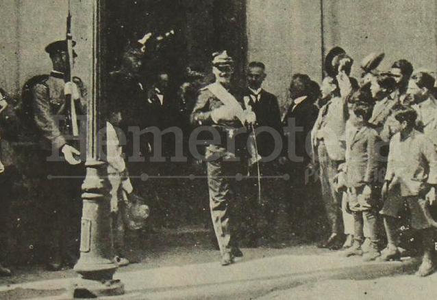 """El general José María Orellana, uno de los gestores del """"cuartelazo"""", sale del edificio de la Asamblea Legislativa el 15 de marzo de 1922 con la banda presidencial. (Foto: Hemeroteca PL)"""
