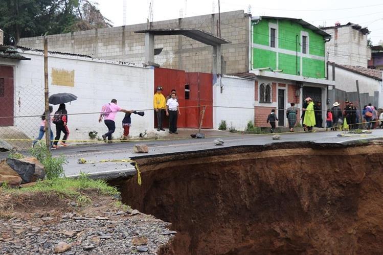 El hundimiento que provocó el colapso de la ruta se encuentra en el km 165.5 de la ruta departamental 2. (Foto Prensa Libre: Héctor Cordero)