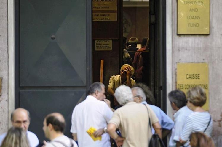 Griegos hacen cola para entrar a una casa de préstamos.(PL-EFE)
