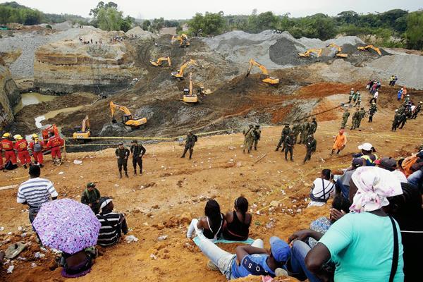 El 2 de mayo del 2014, un alud de tierra sepultara un grupo de personas en una mina artesanal de oro en Cauca, Colombia. (Foto Prensa Libre:EFE)