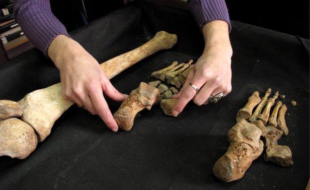 Un miembro del EAAF organiza un esqueleto para ser presentado a los familiares en el momento de la restitución. EAAF