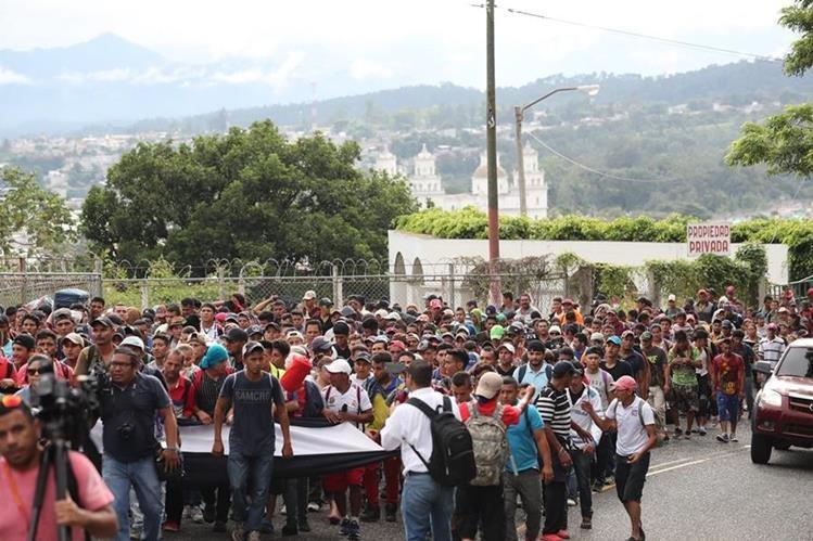 Migrantes hondureños salieron de Esquipulas, Chiquimula, el 18 de octubre pasado para continuar su travesía hacía Estados Unidos. (Foto Prensa Libre: Érick Ávila)