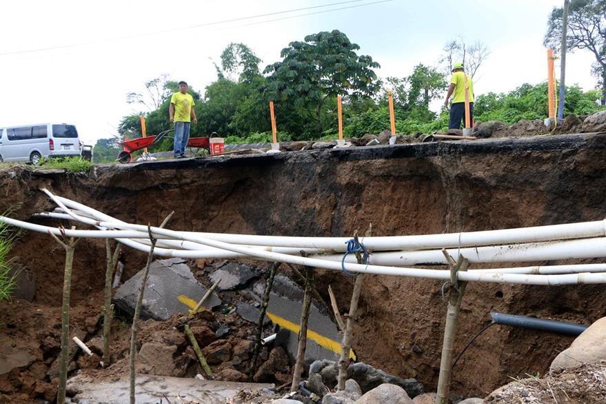 Tuberías que abastecen a pobladores de San Felipe, Retalhuleu, quedan expuestas por socavamiento. (Foto Prensa Libre: Rolando Miranda)
