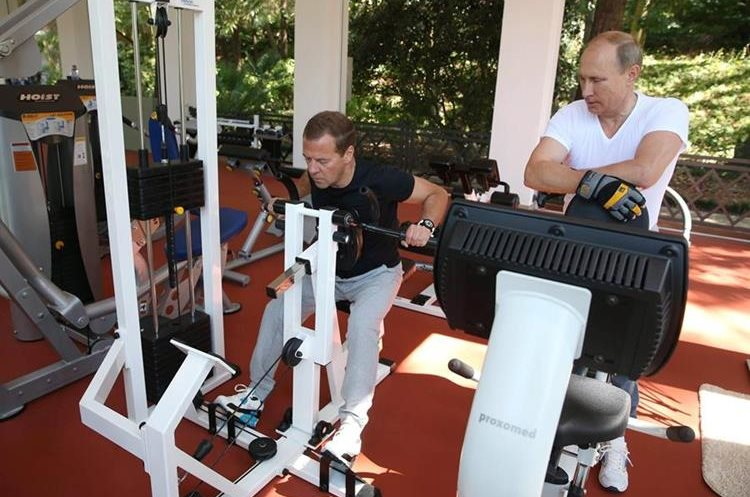MOS58. Sochi (Russian Federation), 30/08/2015.- Russian President Vladimir Putin (R) and Russian Prime Minister Dmitry Medvedev (L) at a gym of the Bocharov Ruchei residence in Sochi , Russian Balck sea resort, Krasnodar area, Russia, 30 August 2015. (Rusia) EFE/EPA/EKATERINA SHTUKINA/RIA NOVOSTI/GOVERNMENT PRESS SERVICE
