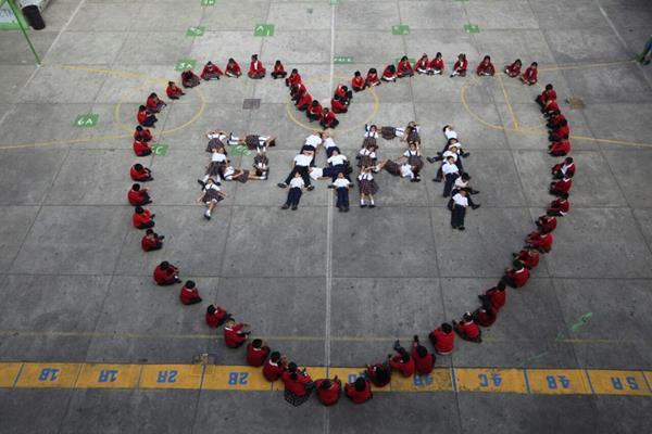 Estudiantes de la Escuela Complejo Escolar para la Paz forman corazón dedicado a los papás guatemaltecos. (Foto Prensa Libre: Edwin Bercián)