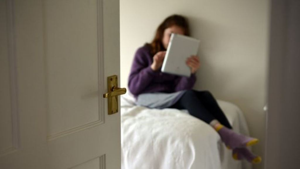 Las guías también recomiendan no permitir a los hijos tener pantallas de ningún tipo en el dormitorio.