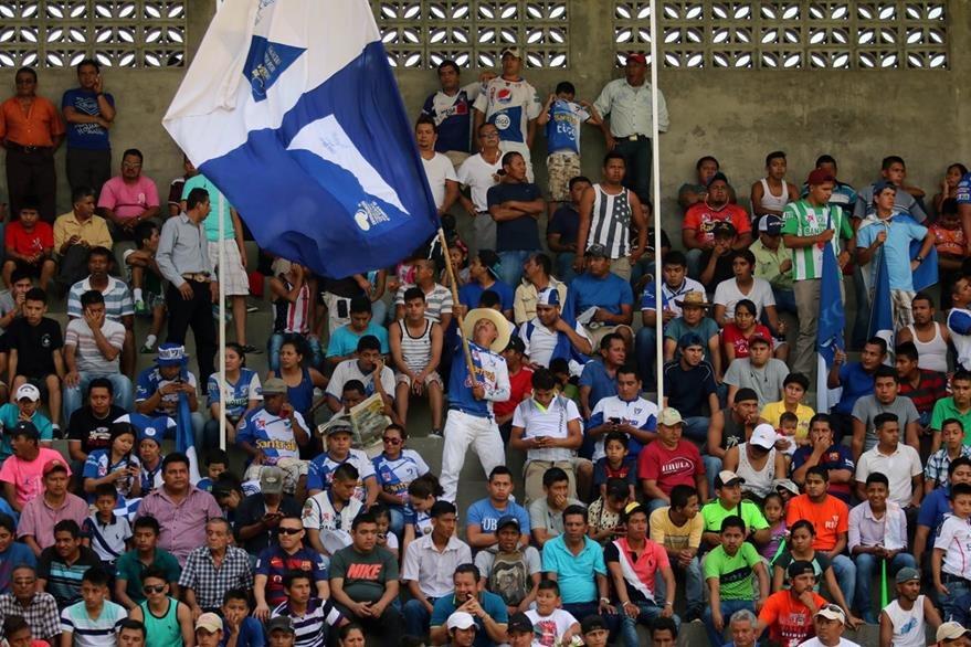Más de cinco mil aficionados presenciaron el juego entre cremas y venados. (Foto Prensa Libre: Carlos Ventura).