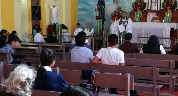 El sacerdote Verzeletti celebra la misa de acción de gracias con invitados que apoyaron durante el paso de la caravana de migrantes. (Foto Prensa Libre: William Oliva)