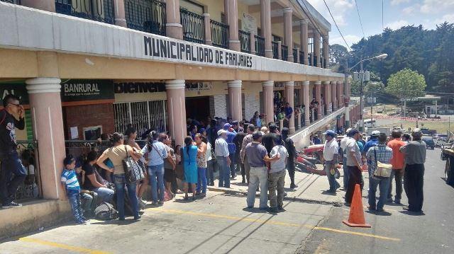 Decenas de empleados de la Municipalidad de Fraijanes protestan en apoyo al alcalde Aníbal Alvisúrez, quien fue desaforado por el Concejo. (Foto Prensa Libre: Edwin Pitán)