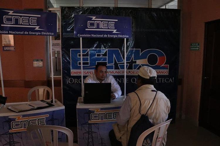 Personal de la CNEE atiende a los usuarios que se quejan de los constantes apagones. (Foto Prensa Libre: María Longo)