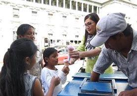 Manuela Recinos ayudó a repartir los helados que le compró a José Francisco en el parque central. (Foto Prensa Libre: Juan Carlos Rivera)