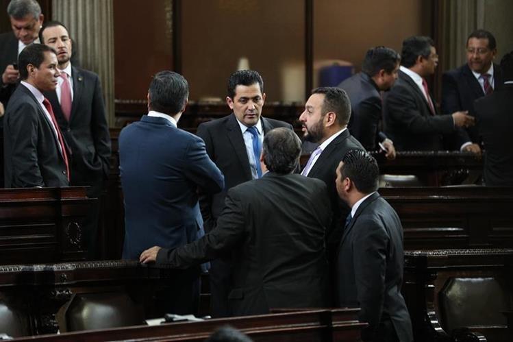 Diputados conversaban previo a iniciar la sesión Ordinaria en el Congreso de la República en donde se tenía prevista la aprobación del presupuesto 2018, pero no se logró. (Foto Prensa Libre: Carlos Hernández Ovalle)