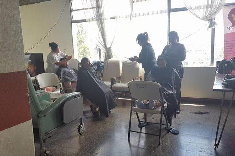 Cabello por Sonrisas dona pelucas a mujeres pacientes de cáncer (Foto Prensa Libre: Facebook / Cabello por Sonrisas).