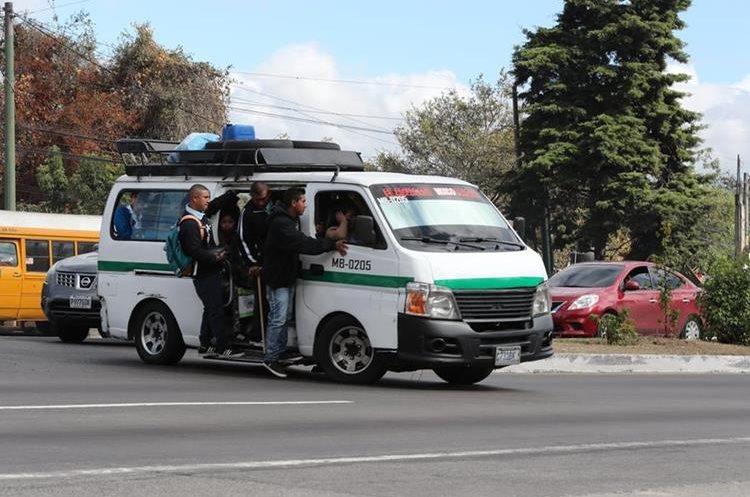 Uno ruletero con sobrecarga de pasajeros utiliza el retorno del kilómetro 19.4 de la ruta Interamericana. (Foto Prensa Libre: Óscar Felipe Quisque)