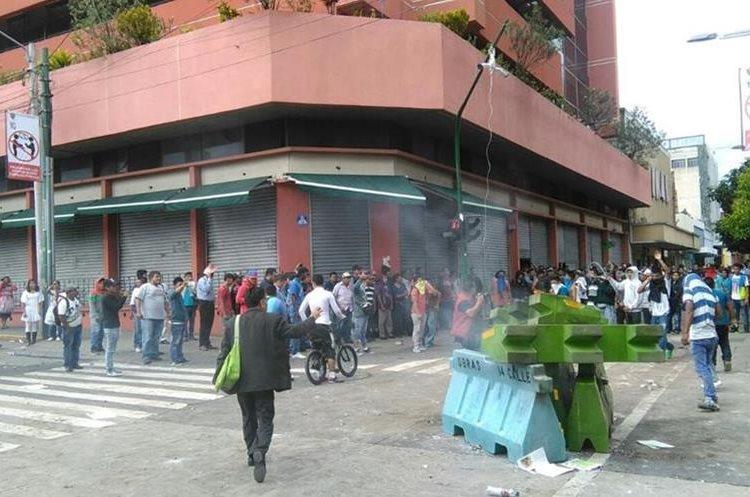 El enfrentamiento entre vendedores y policías municipales ha dejado varios heridos y destrozos en el Paseo de la Sexta en el Centro  Histórico.