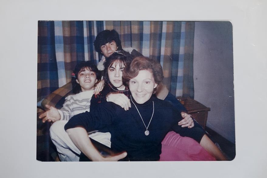 Esta foto familiar muestra a Lidia Guerrero junto a sus hijos, entre ellos, Víctor Saldaño. (Foto Prensa Libre: AP).