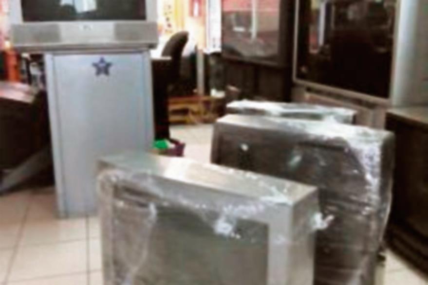 Por contenedor: las pacas de electrónicos  se organizados en forma de  especializados o   mixtos. Los precios se sitúan entre Q2 mil 500 y Q6 mil 500 por pieza.