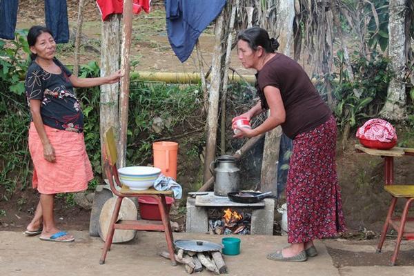 """<p>Familias afectadas en El Quetzal, en San Marcos sobreviven cocinando a la intemperie tras el sismo que azotó a Guatemala. (Foto Prensa Libre: Alexander Coyoy)<br _mce_bogus=""""1""""></p>"""