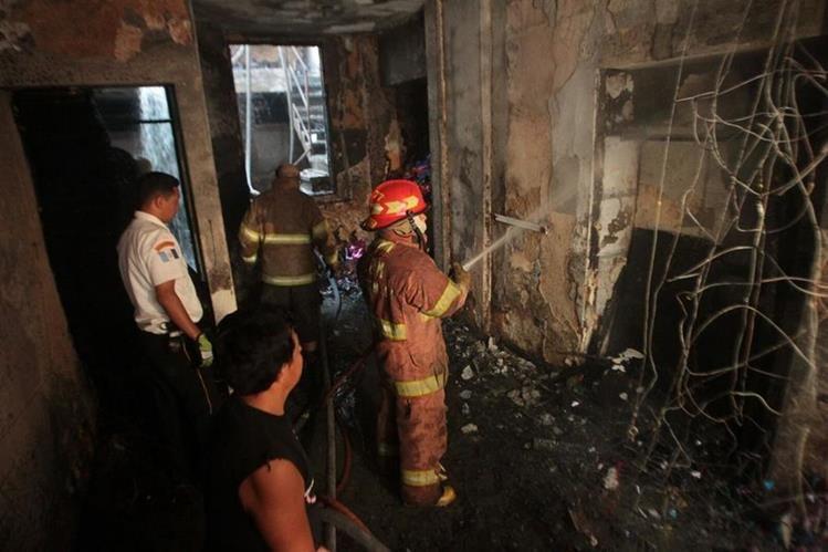 El incendio en la piñatería fue controlado por los dos cuerpos de bomberos. (Foto Prensa Libre: Alvaro Interiano)