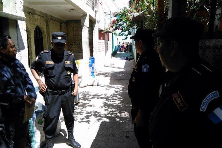 La policía resguarda el lugar donde quedó muerta la joven mujer, en la zona 7. (Foto Prensa Libre: Estuardo Paredes)
