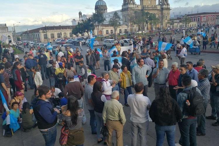 ciudadanos reunidos en el Parque Central para la Asamblea Ciudadana. (Foto Prensa Libre: Estuardo Paredes)