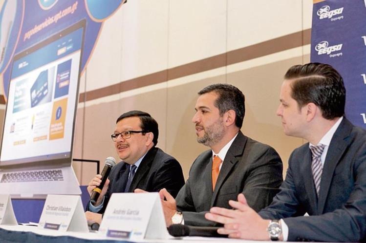 Ricardo Méndez, de Eegsa, con Christian Villalobos y Andrés García, ejecutivos de Visanet, en la presentación. (Foto, Prensa Libre: Paulo Raquec)
