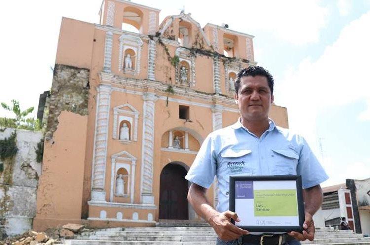 Santizo sostiene su reconocimiento frente a la iglesia de Samayac, Suchitepéquez. (Foto Prensa Libre: Cristian Icó)