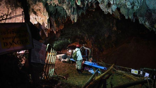 Gran parte de los esfuerzos de rescate se centran en drenar el agua de la cueva. (Getty Images)