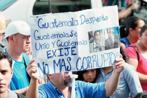 Guatemaltecos protestan contra la corrupción en la Plaza de la Constitución. (Foto Prensa Libre: Hemeroteca PL).